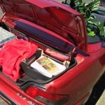 De achterbak van Michel zijn cabrio volgeladen.