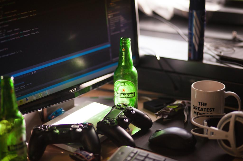 Ook tijdens de vele uurtjes code kloppen tijd voor ontspanning in de vorm van een biertje en FIFA 15 op de PS4, AppsForEnergy - Hackaton.