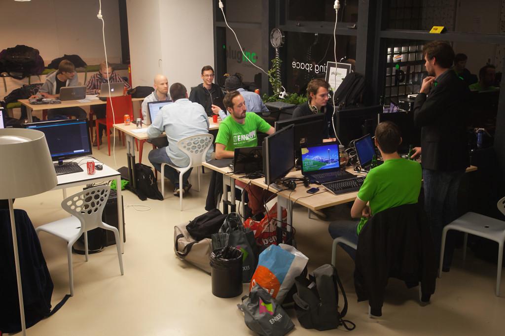 Team Skylark met zijn 'office' op de hackaton, AppsForEnergy - Hackaton.